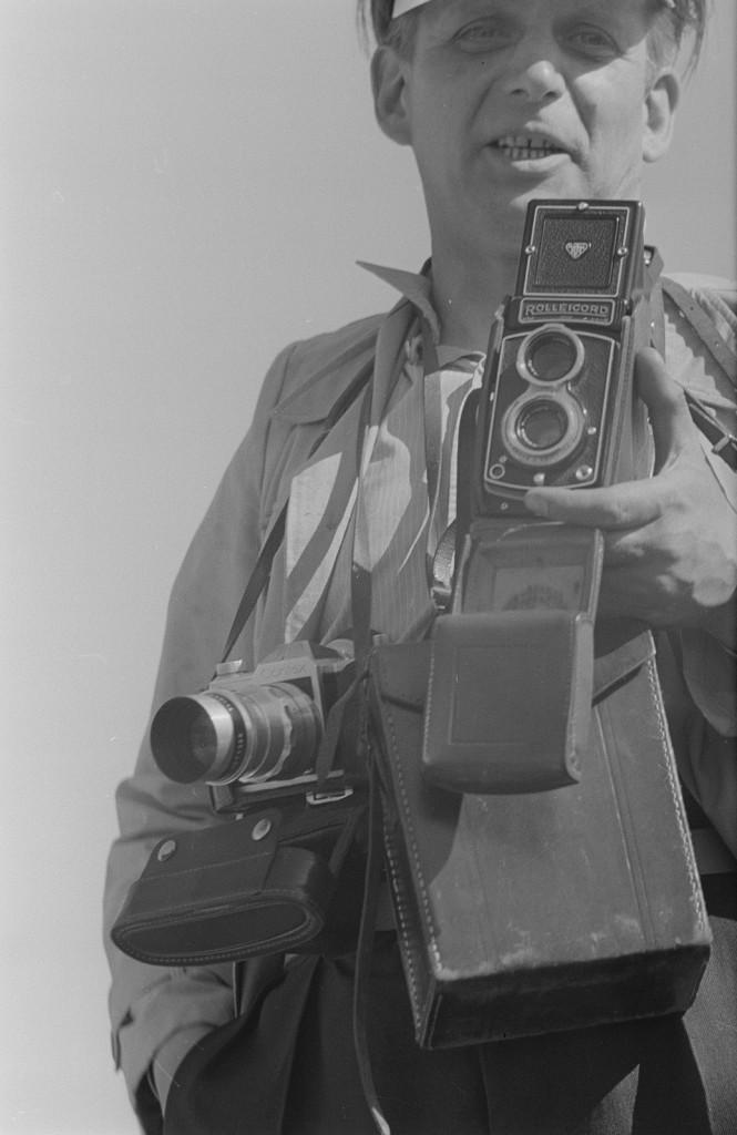 """Abraham Pisarek, Fotograf der Zeitung """"Junge Welt"""" mit Rolleicord und Contax Fotoapparaten, 2. Deutschlandtreffen der Jugend 1954."""