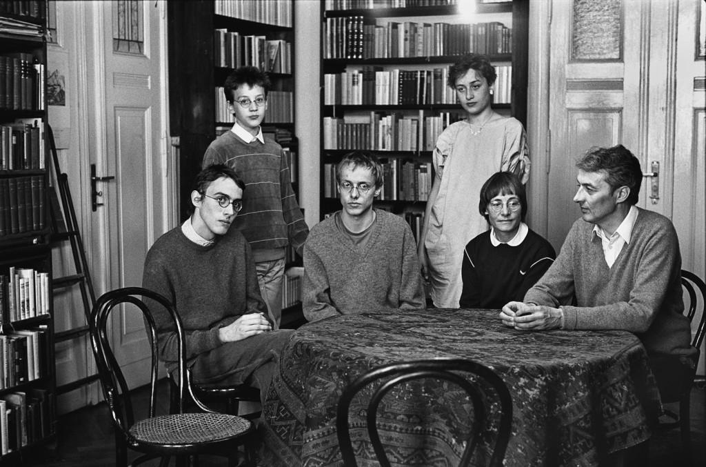 """""""Familie E. (Ärztin, Archäologe) am Esstisch"""" (Berlin, Mai 1985), (Foto mit freundlicher Genehmigung von SLUB/Deutsche Fotothek, © Christian Borchert)"""