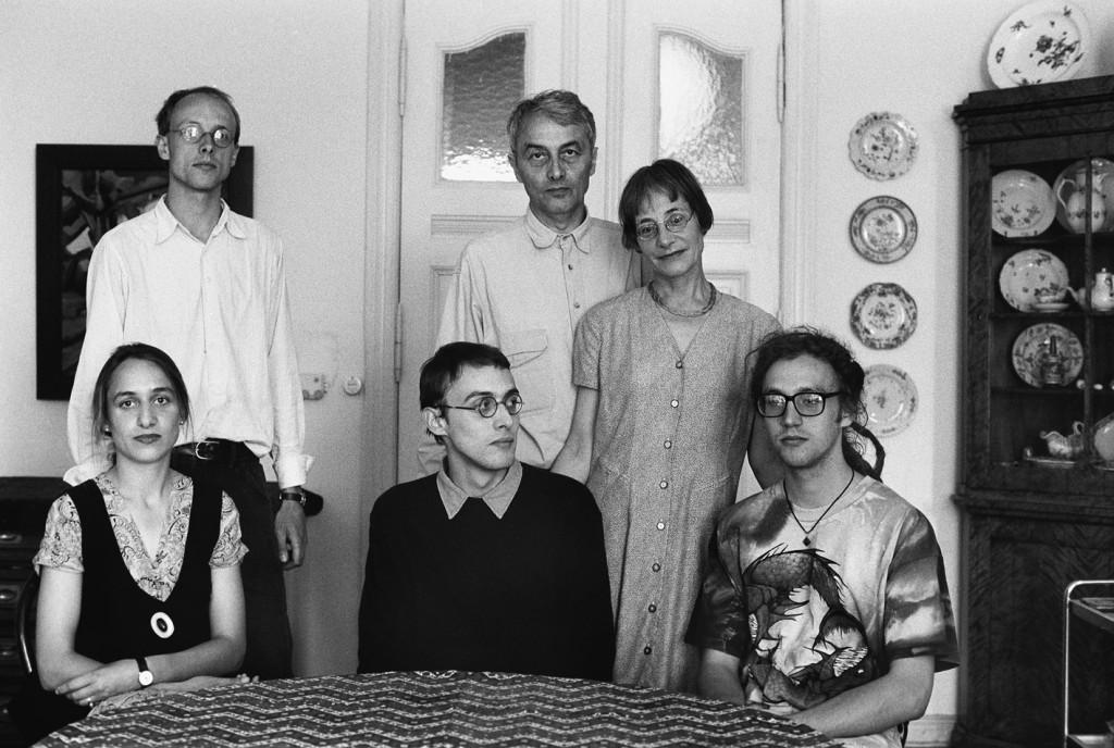 """Acht Jahre später: """"Familie E. (Ärztin, Archäologe) am Esstisch"""" (Berlin, Juli 1993), (Foto mit freundlicher Genehmigung von SLUB/Deutsche Fotothek, © Christian Borchert)"""