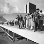 Thomaz Farkas Menschen auf dem Dach des Nationalkongresses, am Tag der Einweihung Brasílias, 21. April 1960 © Instituto Moreira Salles
