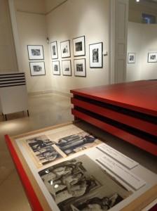 Wie werden die Fotos der Fotoreporter in Zeitungen und Zeitschriften veröffentlicht? Die im zweiten Ausstellungsraum verteilten weißen, roten sowie schwarzen Kästen verraten es.
