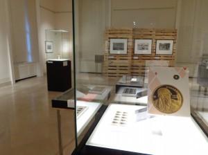 """Gedenkmünze, Briefmarke und Capa-Preis: einige der """"Zutaten"""" des Mythos Robert Capa."""