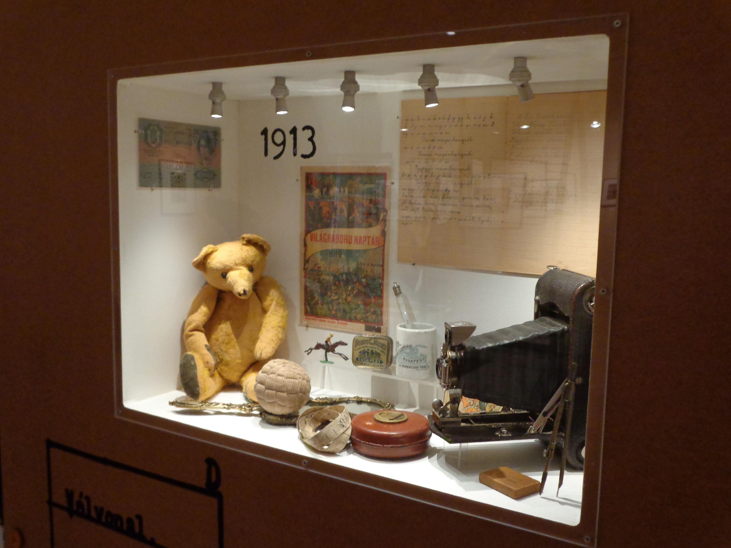 Einige der Objekte in der Ausstellung: Woher allerdings der Bär, die Kamera und der Kalender stammen, erfährt der Besucher nicht.