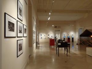 Fotos, Videostationen und Schaukästen mit weiterführenden Informationen zeigen das Lebenswerk des Kriegsreporters.