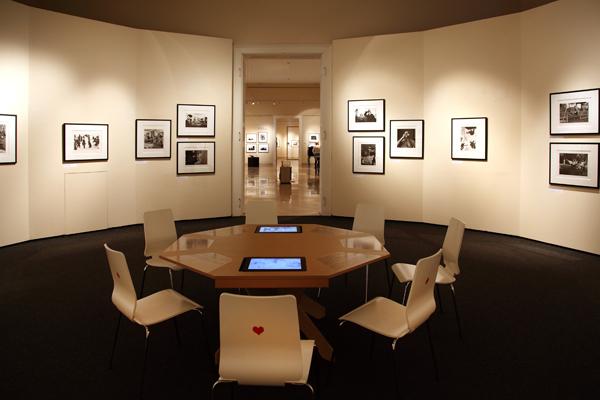 """Der """"Gambler""""-Raum stellt mithilfe von Fotos und Videos das Spielen in den Vordergrund."""