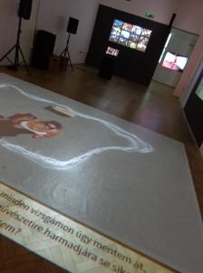 """Der Beitrag der Fotoredaktion des Nachrichtenportals """"Origo"""" wurde in verschiedenen Formen gezeigt: als Projektion auf dem Boden, als Medienstation, Lightbox und Wandprojektion."""