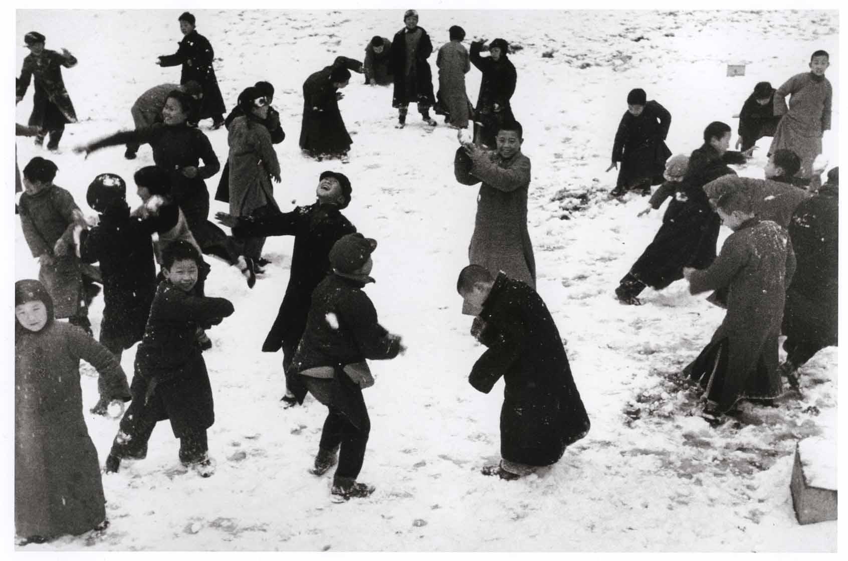 Kinder während einer Schneeballschlacht in Hankou, China, März 1938