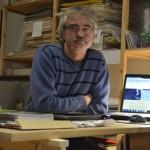 Károly Kincses (Fotomuseologe, Fotohistoriker und Kurator) in seinem Büro im Mai Manó-Haus.
