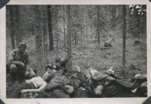 Eine teils entkleidete Sowjetsoldatin, Mitglied eines sowjetischen Spähtrupps, von finnischen Soldaten getötet. Dieses Foto war in Fotoalben finnischer Soldaten weit verbreitet.