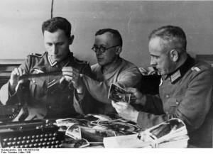 Heeresfilmstelle. Bildarchiv, 341.321.7 356.255.2 Deutschland, März 1940 Bildberichter der P.K. bei der Auswertung ihrer im Labor der P.K. entwickelten Aufnahmen. Bildberichter: Schröter. P.B.z. Neg.Nr. P.K. 104/1