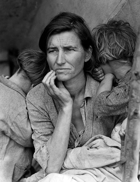 """""""Migrant Mother"""", Fotografin: Dorothea Lange, Kalifornien, USA 1936 Das Bild zeigt Florence Owens Thompson, 32 Jahre alt, mit drei ihrer Kinder 1936 in Kalifornien. Die berühmt gewordene Fotografie ist unter dem Titel """"Migrant Mother"""" in die Fotogeschichte eingegangen. Die Library of Congress untertitelt das Bild so: """"Destitute pea pickers in California. Mother of seven children. Age thirty-two. Nipomo, California."""" Das Foto entstand im Auftrag der Farm Security Administration (FSA), einer von Frankling D. Roosevelt 1937 gegründeten Organisation, die der armen Landbevölkerung helfen sollte und die Zeit der """"Great Depression"""" fotografisch dokumentiert hat. Quelle: United States Government. Dorothea Lange's """"Migrant Mother"""": Photographs in the Farm Security Administration Collection: An Overview. Prints and Photographs Reading Room. Library of Congress, United States Goverment, Wikimedia Commons, Lizenz: Public Domain"""