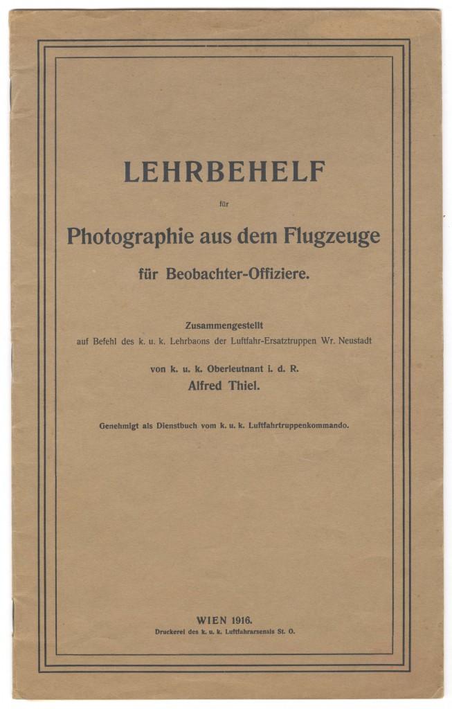Titelblatt von Alfred Thiel: Lehrbehelf für Photographie aus dem Flugzeuge für Beobachter-Offiziere, Wien 1916