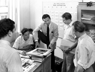Yoichi Okamoto (3. v.R.), Leiter der Pictorial Section, bei einer Besprechung mit seinen Mitarbeitern im Büro des Wiener Kurier, 1952