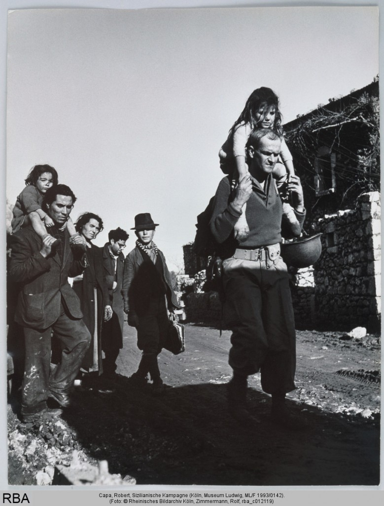 Robert Capa: Sizilianische Kampagne, Print, Silbergelatine 35,5 x 27,9 cm
