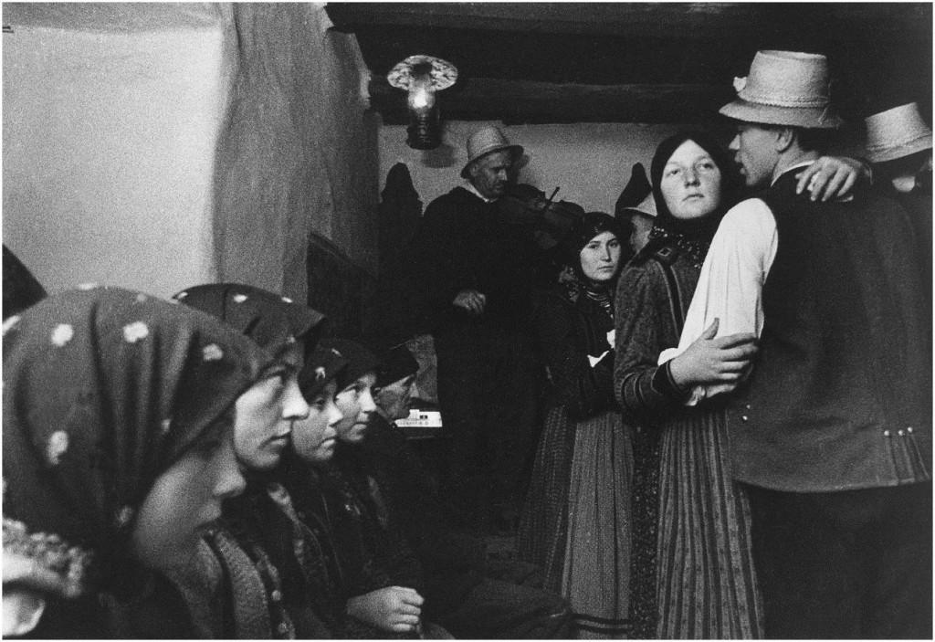 Strohhüte und Kopftücher: Péter Korniss erste Begegnung mit einem traditionellem Tanzhaus im Dorf Szék (Szék auf ungarisch, bzw. Sic auf rumänisch) in Siebenbürgen 1967.