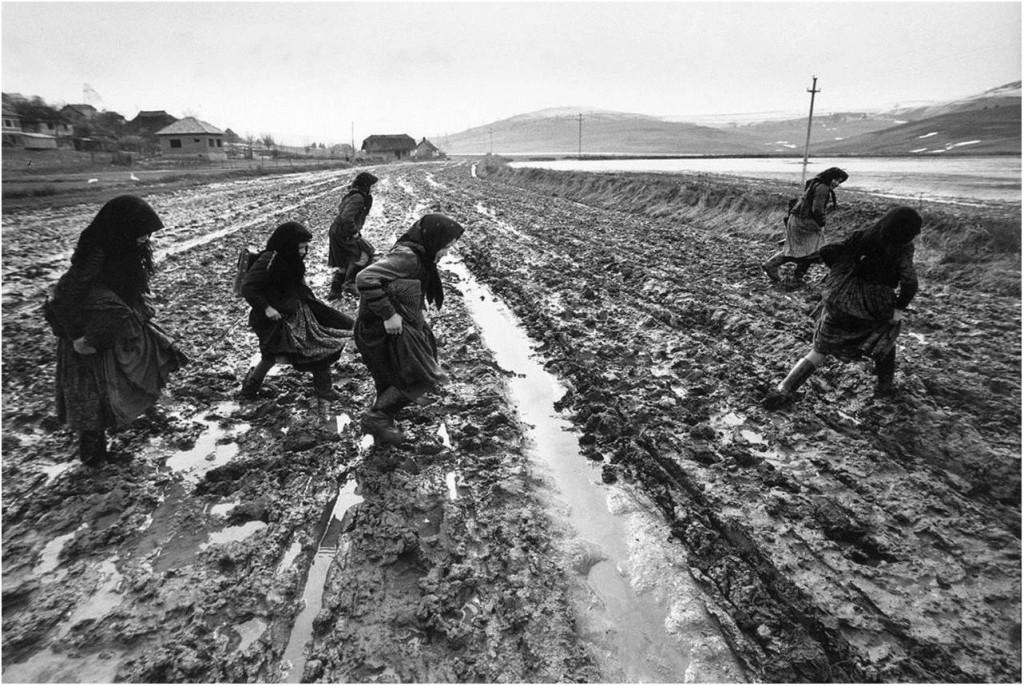 Szék, Rumänien, 1971: Schülerinnen auf dem Weg nach Hause. Manche Mädchen benötigten für den Schulweg, den sie auch bei Schlamm oder Schnee täglich zurücklegten, bis zu eineinhalb Stunden.