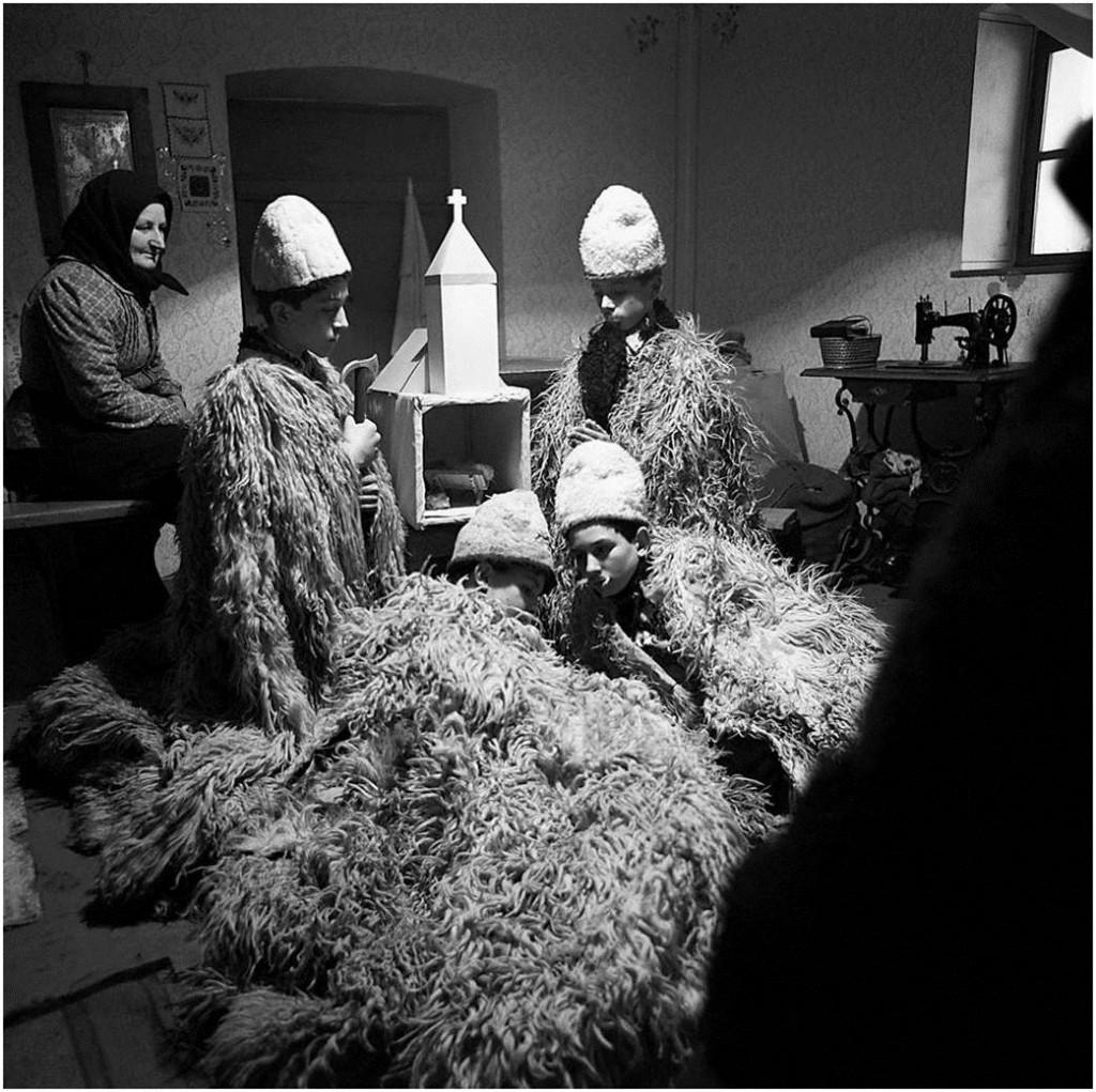 Kinder beim Krippenspiel in einem dörflichen Haus (Szakmár, in der Nähe von Kalocsa in Ungarn, 1969)