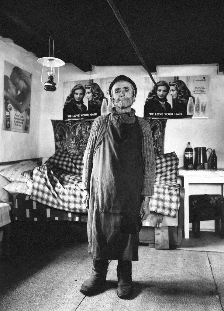 Nach der Rumänischen Revolution 1989 verändert sich das dörfliche Lebensumfeld der Menschen rasant. Die Aufnahme zeigt englischsprachige Haarwaschmittelwerbung im Haus eines Mannes in der Region Kalotaszeg/Țara Călatei. (Magyarvalkó/Văleni, Rumänien, 1997)