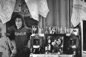 Zimmerdekorationen und Familienfotos in einem kleinen Dorf in der Region Máramaros/Maramureș in Rumänien. (Mănăstirea, Rumänien, 1997)