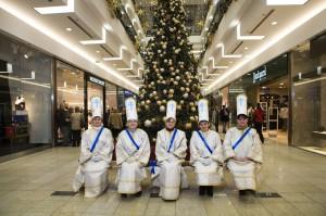 Eine Gruppe krippenspielender Frauen in einem Einkaufszentrum in Debrecen, wo dem Publikum seit einigen Jahren traditionelle Weihnachtsbräuche dargeboten werden. (Debrecen, Ungarn, 2009)