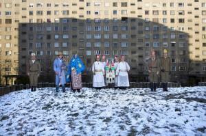 Krippenspieler aus der Region Szatmár in einer Plattenbausiedlung. Anfang Dezember findet in Debrecen ein Krippenspiel-Festival statt. Die Teilnehmer reisen aus entlegenen kleinen Dörfern an, um ihre Vorführungen in der Stadt zu präsentieren. (Debrecen, Ungarn, 2010)