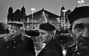Skarbit (in der Mitte) und seine Kollegen vor dem Westbahnhof in Budapest.