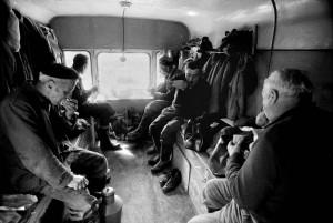 """Die tägliche Routine: das Mittagessen im Anhänger, den die Männer als """"die Bude"""" bezeichneten. Der Anhänger wurde stets mit Hilfe eines Traktors in die Nähe der aktuellsten Baustelle gezogen."""