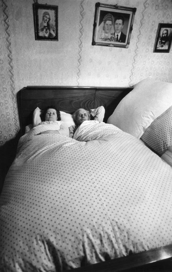 Einer der intimeren Momente, den Korniss in den zehn Jahren seiner Arbeit festhalten durfte. Skarbit liegt mit seiner Ehefrau im Bett. Da der Ehemann unter der Woche abwesend ist, wird die eine Hälfte des Bettes gar nicht bezogen bzw. genutzt.