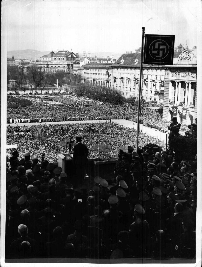 """Adolf Hitlers """"Anschluss""""-Rede am Wiener Heldenplatz am 15. März 1938 vor 250.000 ZuhörerInnen."""
