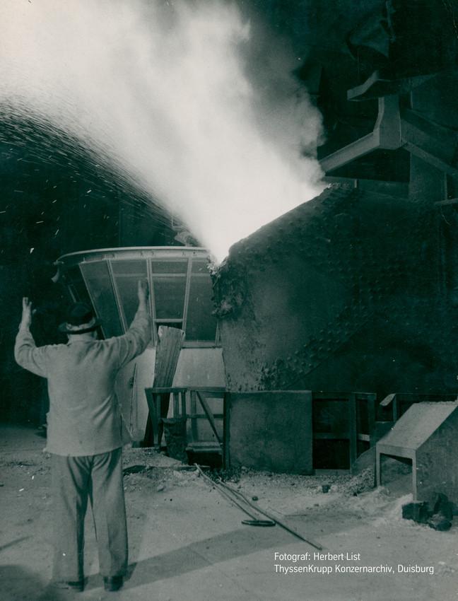 Blasender Konverter im Thomas-Stahlwerk, März 1954, Fotograf: Herbert List, Quelle: ThyssenKrupp Konzernarchiv