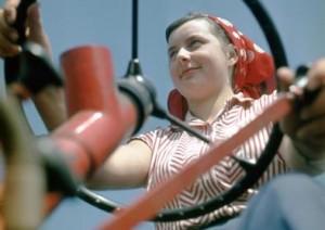 """Foto: Martin Schmidt, Traktoristin, um 1965 Erschien 1970 als Titelfoto der Zeitschrift """"Lernen und Handeln"""", dem Funktionärsorgan des Demokratischen Frauenbund Deutschlands (DFD) © Stiftung Deutsches Historisches Museum"""
