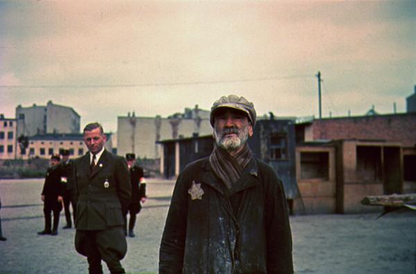 Ghetto Lodz, ca. 1940-1944, Hans Biebow, Leiter der NS-Verwaltung des Ghettos Litzmannstadt, und ein unbekannter jüdischer Mann Foto: Walter Genewein