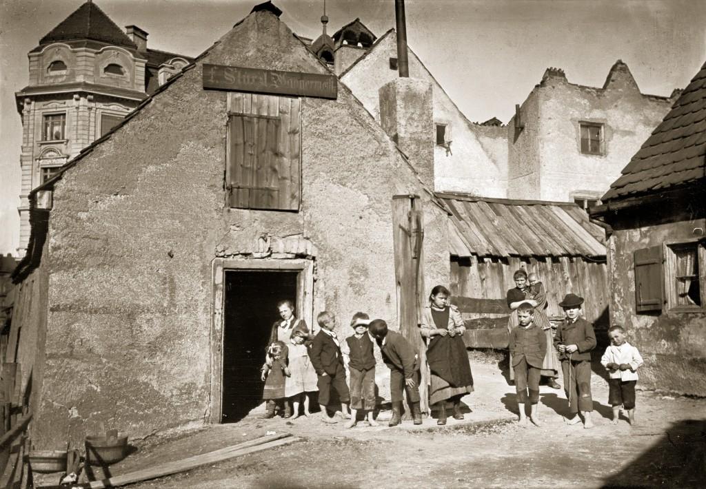 Josef Zechbauer, Kinder vor einem Vorstadthaus an der heutigen Reitmorstraße, 1895.