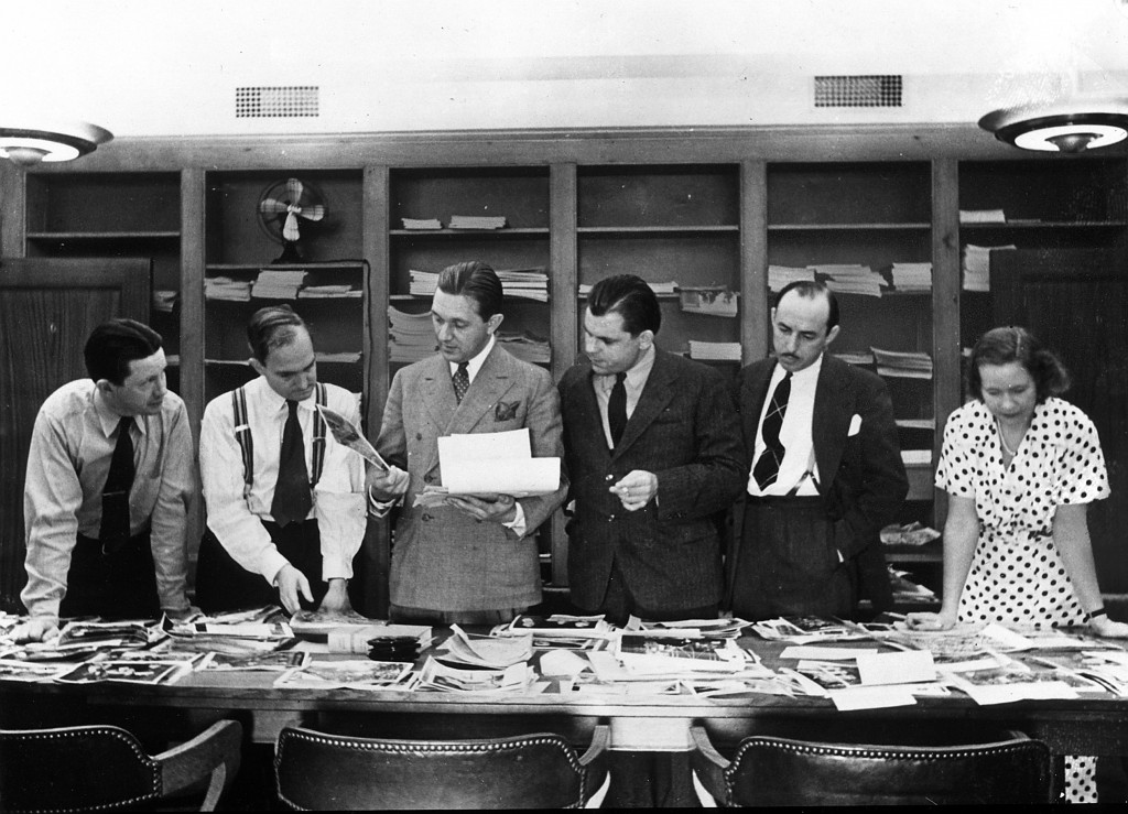 "Die ""Life""-Redaktion bei der Arbeit, (von links nach rechts) Wilson Hicks, Daniel Longwell, John Billings, Hubert Kay, Howard Richmond und Margaret Bassett, New York 1937"
