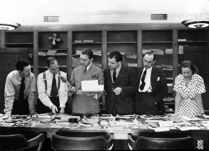 """Die """"Life""""-Redaktion bei der Arbeit, (von links nach rechts) Wilson Hicks, Daniel Longwell, John Billings, Hubert Kay, Howard Richmond und Margaret Bassett, New York 1937"""