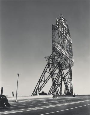 """Walker Evans: Pabst Blue Ribbon Sign, Chicago, Illinois, 1946. Das Foto erschien 1947 im Wirtschaftsmagazin Fortune in dem Artikel """"Chicago. A Camera Exploration"""""""