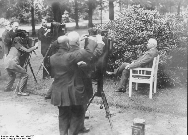 """Bildberichterstatter fotografieren Paul von Hindenburg anlässlich der Ausstellung """"Die Kamera"""" im November 1933"""