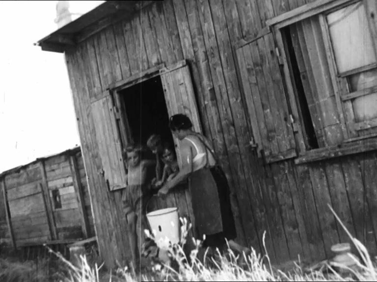 Filmstill: Elendsquartiere am Wienerberg, 1952: STADT AM MORGEN (media wien), Regie: Albert Quendler http://stadtfilm-wien.at/film/130/