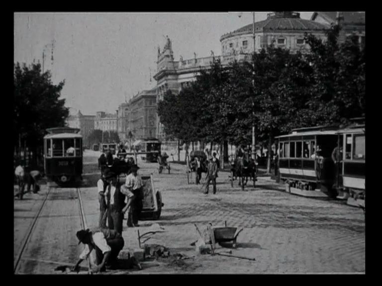 Filmstill: Arbeiter auf der Ringstrasse:  VIENNE EN TRAMWAY 1906 (ÖFM)  http://stadtfilm-wien.at/film/47/