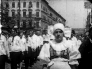 Filmstill: Umzug der slowakischen Minderheit in Wien, Favoritenstrasse: 1. MAI 1929 (ÖFM) http://stadtfilm-wien.at/film/16/