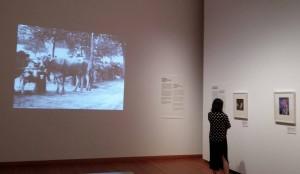 """Ausstellung: Filmaufnahmen aus Albert Kahns Sammlung """"Archives de la planète""""."""