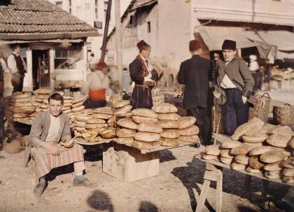 Albert Kahn, Les Archives de la planète, Auguste Léon: Bosnien-Herzegowina, Sarajevo, Brothändler auf dem Markt, 15. Oktober 1912