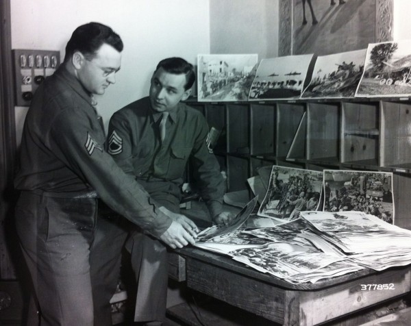 Abb. 5, Algiers, North Africa: Sgt. Maynard E. Metzger (...) and Tec. Sgt. Clarence H. Anderson (...) review APS photographs made by Signal Corps Cameramen in the Mediterranean Theater, 5 May 1944, National Archives 111-SCA-377852, Album 6206