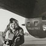 Lee Miller: Die Fotografin Bourke-White vor einem B-17-Bomber