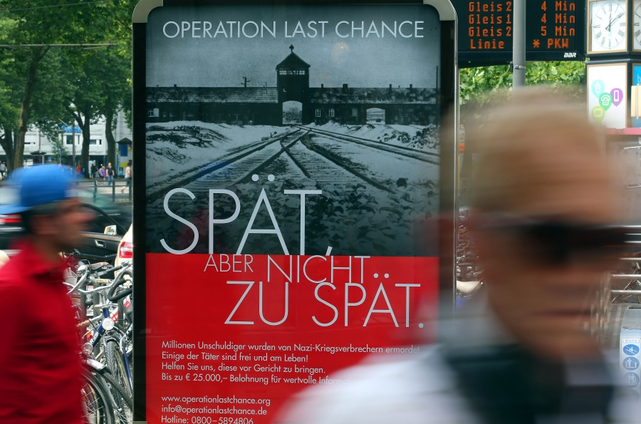 "Plakat der Kampagne ""Operation Last Chance II"" des Simon-Wiesenthal-Centers"
