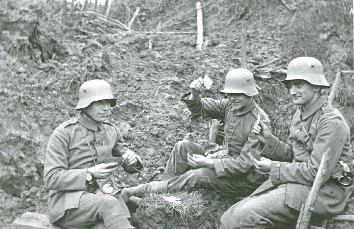Drei deutsche Soldaten beim Skat im Schützengraben. Aus dem Buch von Ulrich Hägele: Walter Kleinfeldt. Fotos von der Front 1915-1918, S. 71, © Waxmann Verlag