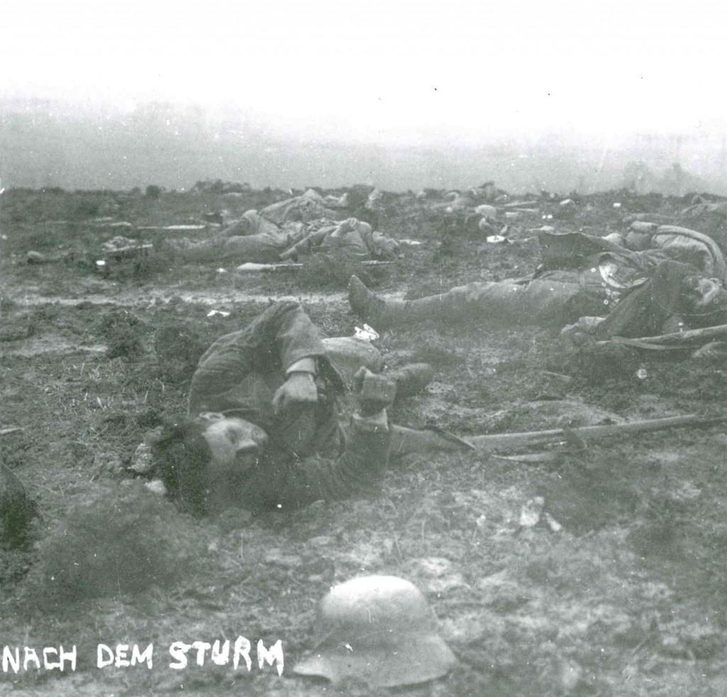 """""""Nach dem Sturm"""". Leichen auf dem Schlachtfeld. Aus dem Buch von Ulrich Hägele: Walter Kleinfeldt. Fotos von der Front 1915-1918, S. 168, © Waxmann Verlag"""