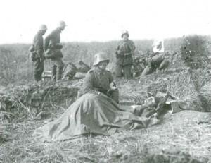 Deutsche Sanitäter bei Verwundeten. Aus dem Buch von Ulrich Hägele: Walter Kleinfeldt. Fotos von der Front 1915-1918, S. 174, © Waxmann Verlag
