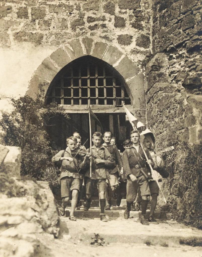 """Julius Groß (Fotograf), Auszug junger """"Adler und Falken"""" aus der Burg Ludwigstein 1921 Quelle: Archiv der deutschen Jugendbewegung © (AdJb) F1/80/01"""