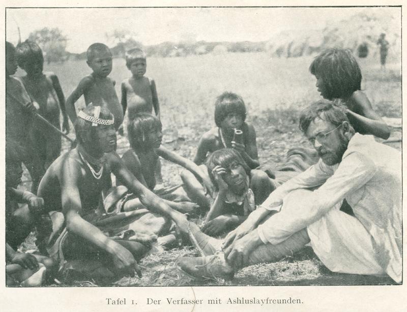 """Fotografie """"Der Verfasser mit Ashluslayfreunden"""", in: Erland Nordenskiöld, Indianerleben: El Gran Chaco (Südamerika), Leipzig 1912, S. III"""